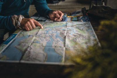 Guia Explicando ruta en Torres del Paine